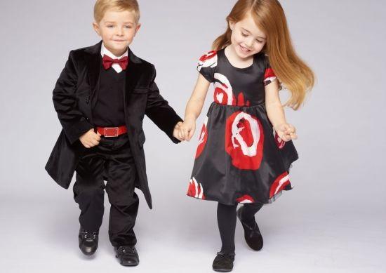 мальчик и девочка за руку идут