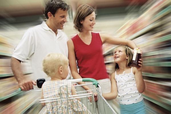 покупатели в магазине детской одежды