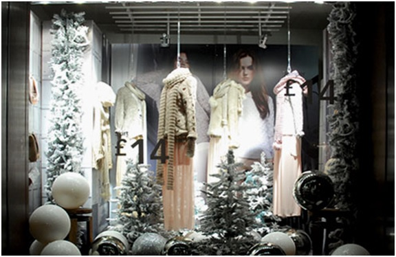 новогоднее оформление витрины магазина детской одежды