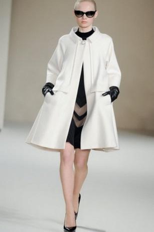а-образное пальто на подиуме