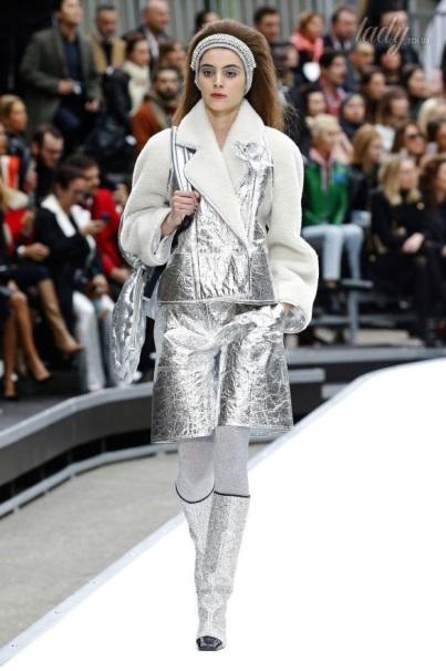 пальто из блестящей ткани на подиуме
